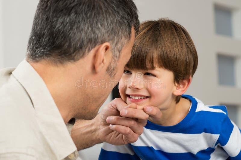 Πατέρας που εξετάζει το γιο στοκ εικόνες