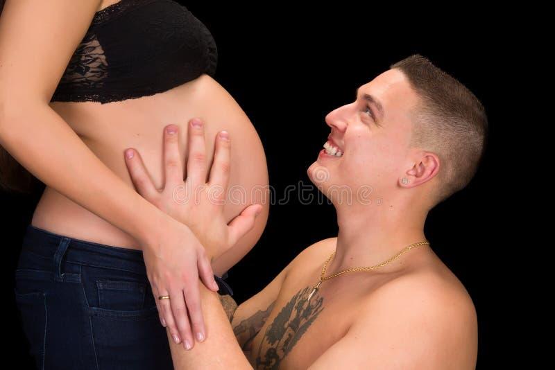 Πατέρας που κρατά την έγκυο κοιλιά στοκ φωτογραφία με δικαίωμα ελεύθερης χρήσης