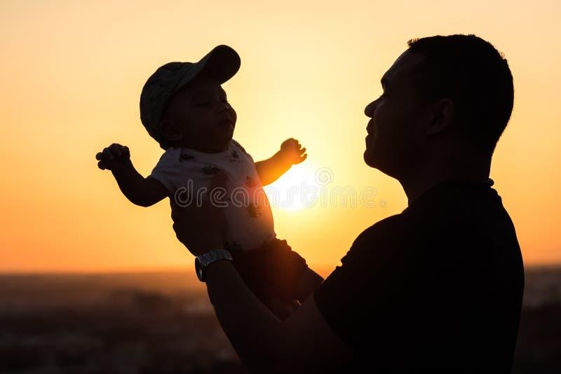 Πατέρας που κρατά ψηλά το μωρό του στοκ φωτογραφίες με δικαίωμα ελεύθερης χρήσης