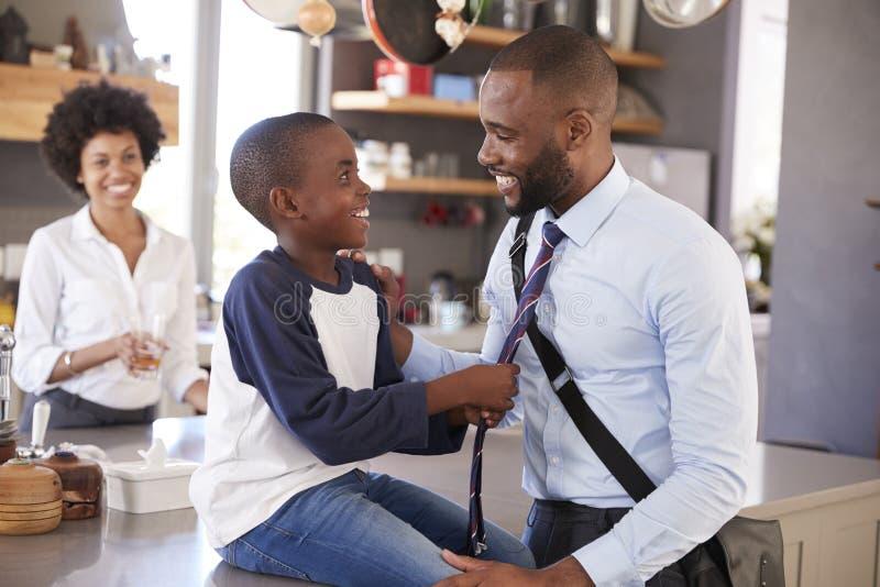 Πατέρας που λέει αντίο στο γιο όπως φεύγει για την εργασία στοκ εικόνα με δικαίωμα ελεύθερης χρήσης