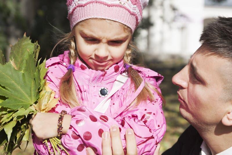 Πατέρας που μιλά στην κόρη στοκ εικόνες