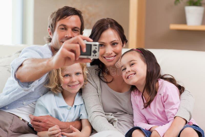 Πατέρας που παίρνει μια εικόνα της οικογένειάς του στοκ φωτογραφία
