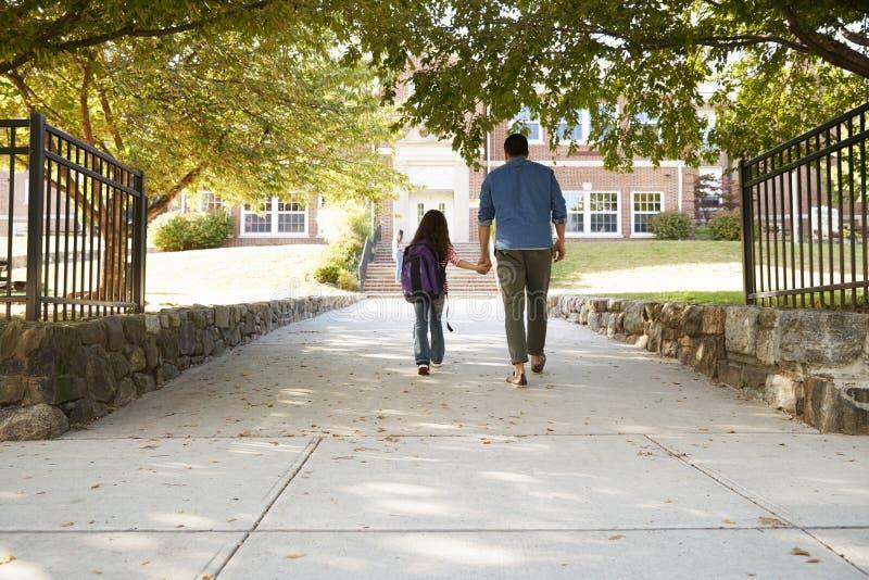 Πατέρας που ρίχνει μακριά την κόρη μπροστά από το σχολείο Γκέιτς στοκ φωτογραφίες με δικαίωμα ελεύθερης χρήσης