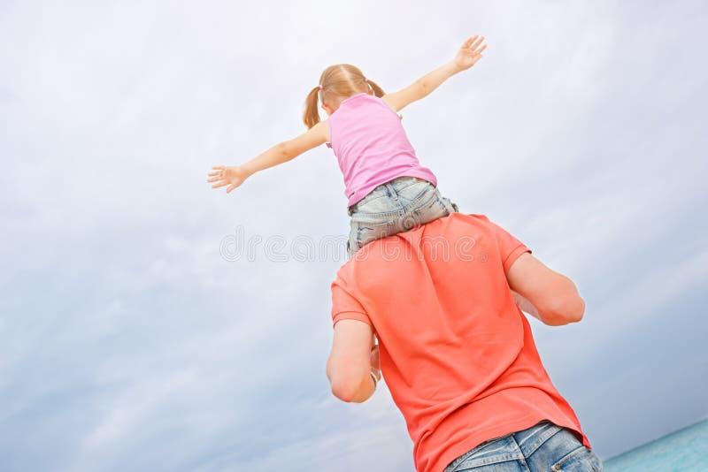 Πατέρας που φέρνει την κόρη του στους ώμους στοκ εικόνα με δικαίωμα ελεύθερης χρήσης