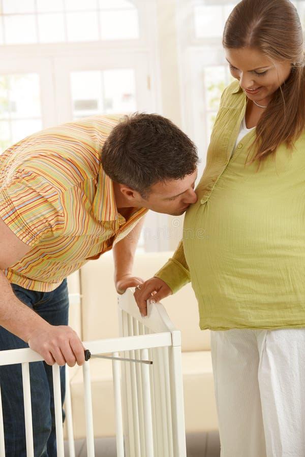 Πατέρας που φιλά την έγκυο κοιλιά στοκ εικόνες με δικαίωμα ελεύθερης χρήσης