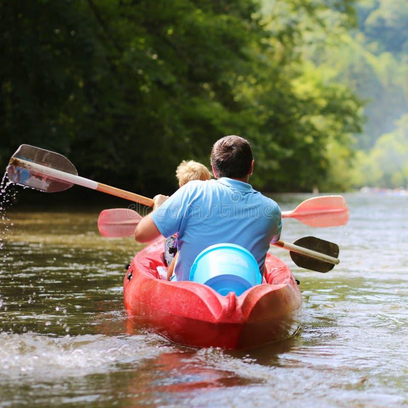 Πατέρων και γιων στον ποταμό στοκ εικόνα με δικαίωμα ελεύθερης χρήσης