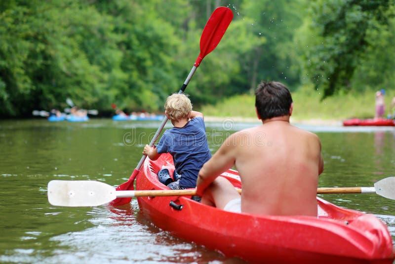 Πατέρων και γιων στον ποταμό στοκ εικόνες