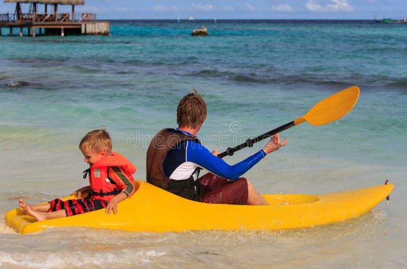 Πατέρων και γιων στον τροπικό ωκεανό στοκ φωτογραφία με δικαίωμα ελεύθερης χρήσης
