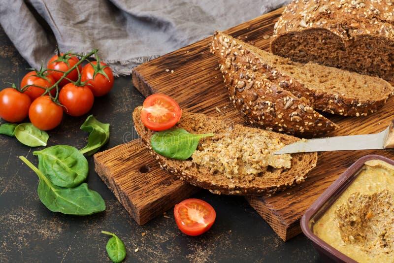 Πατέ από το συκώτι στο ψωμί σίκαλης Σάντουιτς με το πατέ, ντομάτες, σπανάκι στοκ εικόνα με δικαίωμα ελεύθερης χρήσης