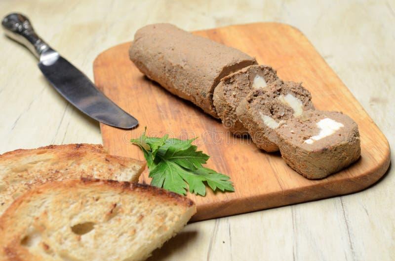Πατέ ρόλων και φέτες του ψημένου ψωμιού στοκ εικόνες