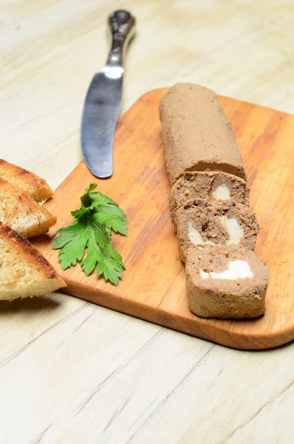 Πατέ ρόλων και φέτες του ψημένου ψωμιού στοκ εικόνα