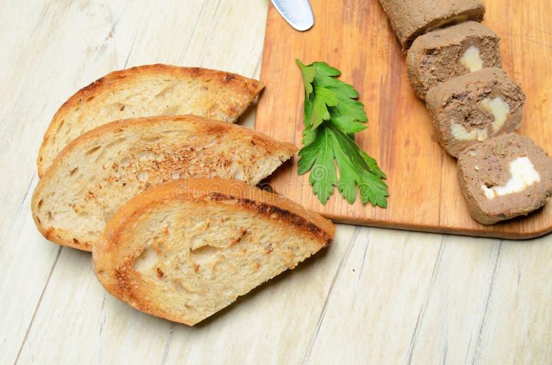Πατέ ρόλων και φέτες του ψημένου ψωμιού στοκ φωτογραφία με δικαίωμα ελεύθερης χρήσης