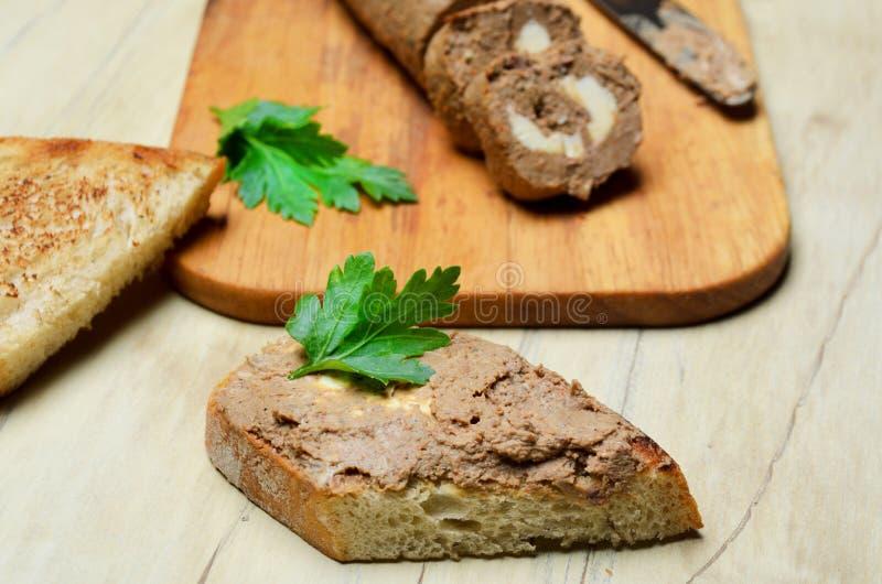 Πατέ ρόλων και φέτες του ψημένου ψωμιού στοκ εικόνα με δικαίωμα ελεύθερης χρήσης
