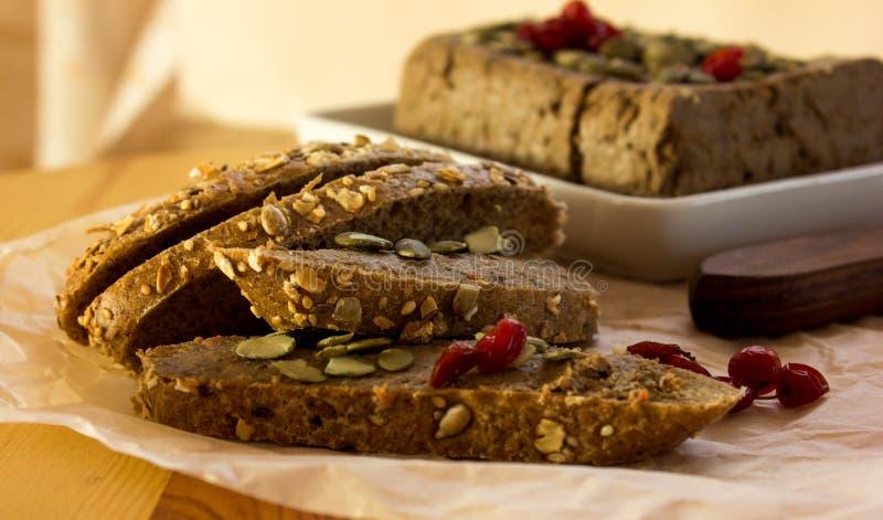 Πατέ συκωτιού που διαδίδεται στο πίτουρο ψωμιού με τα μούρα σε χαρτί στοκ εικόνες με δικαίωμα ελεύθερης χρήσης