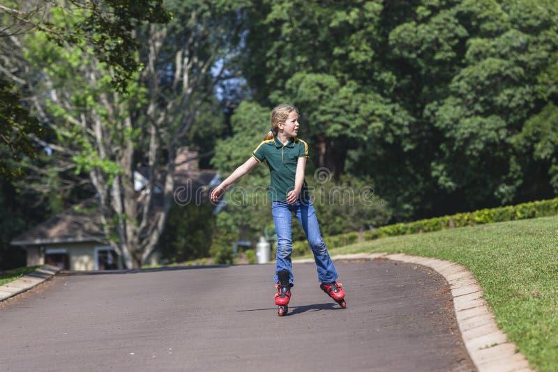 Πατινάζ Rollerblade κοριτσιών στοκ φωτογραφίες με δικαίωμα ελεύθερης χρήσης