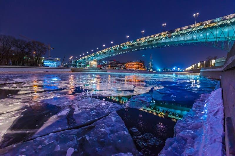 Πατριαρχική γέφυρα από τον καθεδρικό ναό Χριστού το Savior πέρα από τον ποταμό σε μια χειμερινή νύχτα στοκ εικόνα με δικαίωμα ελεύθερης χρήσης