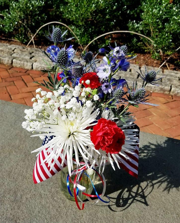 Πατριωτική κόκκινη, άσπρη και μπλε ρύθμιση λουλουδιών στοκ φωτογραφία με δικαίωμα ελεύθερης χρήσης