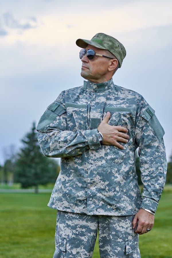 Πατριωτικός στρατιώτης σε ομοιόμορφο υπαίθρια στοκ εικόνα με δικαίωμα ελεύθερης χρήσης
