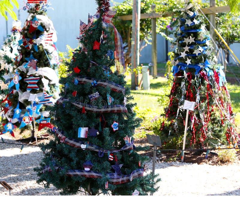 Πατριωτικό χριστουγεννιάτικο δέντρο στο οχυρό Myers, Φλώριδα, ΗΠΑ στοκ φωτογραφία με δικαίωμα ελεύθερης χρήσης
