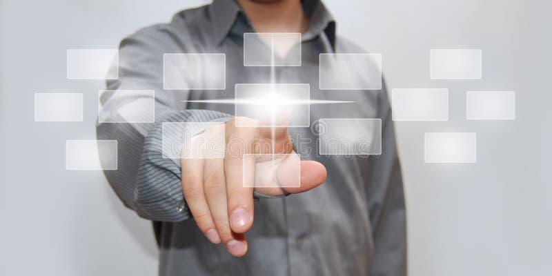 Πατώντας κουμπί υψηλής τεχνολογίας επιχειρηματιών στοκ εικόνα