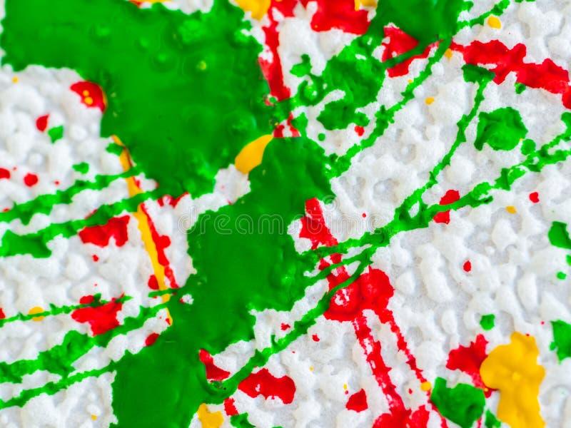 Παφλασμοί του κόκκινου και κιτρινοπράσινου χρώματος σε ένα άσπρο υπόβαθρο ελεύθερη απεικόνιση δικαιώματος