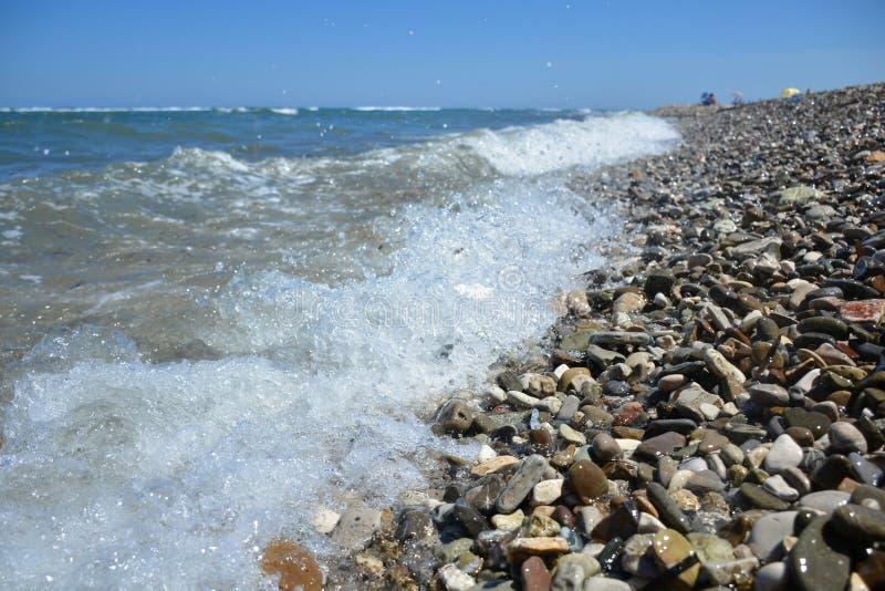 Παφλασμός θαλάσσιου νερού στην πετρώδη παραλία στοκ εικόνες με δικαίωμα ελεύθερης χρήσης