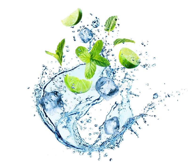 Παφλασμός νερού με τα φύλλα μεντών, τις φέτες του ασβέστη και τους κύβους πάγου στοκ εικόνες