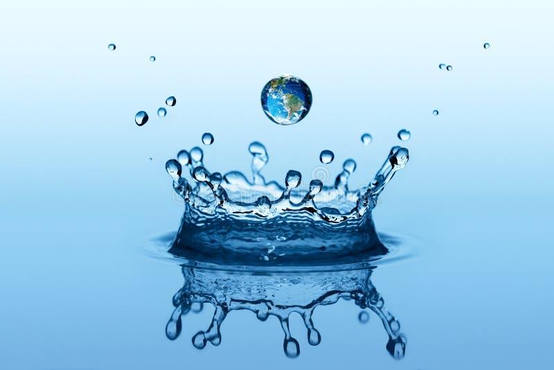 Παφλασμός νερού στη μορφή κορωνών και μειωμένη πτώση με τη γήινη εικόνα στοκ φωτογραφίες με δικαίωμα ελεύθερης χρήσης