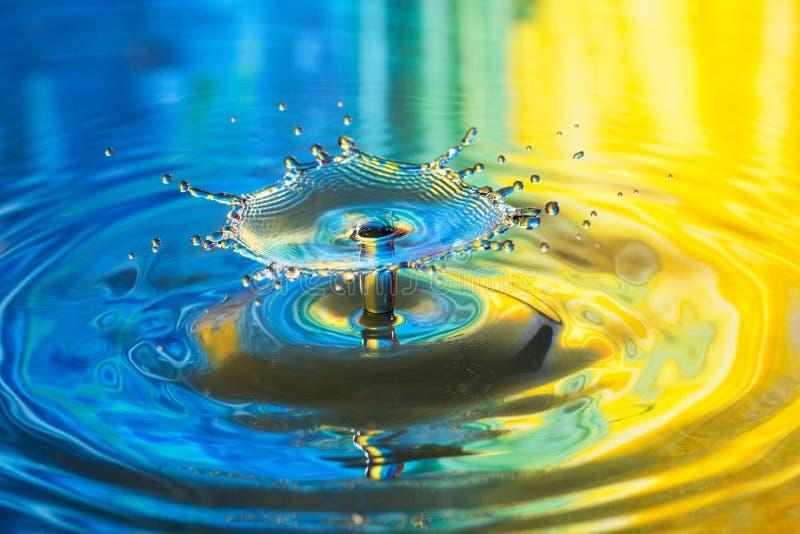 Παφλασμός νερού, υπόβαθρο μιας πτώσης που περιέρχεται στο νερό στοκ εικόνες