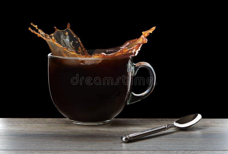 Παφλασμός του μαύρου καφέ στο φλυτζάνι στοκ εικόνες