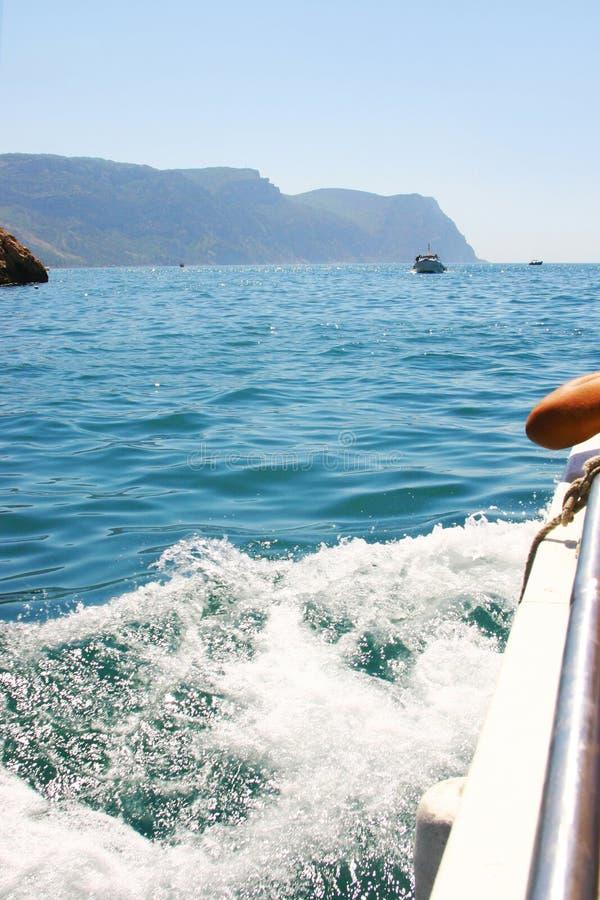 Παφλασμοί του θαλάσσιου νερού κατά τη διάρκεια της βάρκας στοκ εικόνες