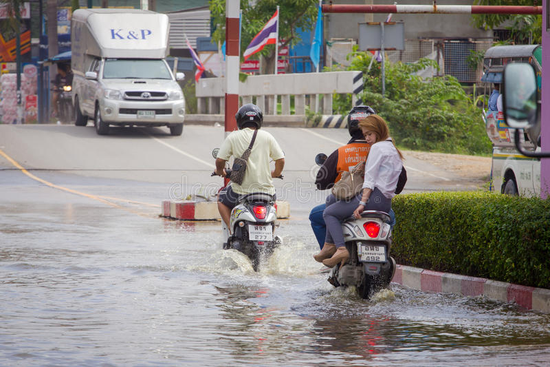 Παφλασμός με μια μοτοσικλέτα καθώς περνά από το νερό πλημμύρας στοκ εικόνες με δικαίωμα ελεύθερης χρήσης