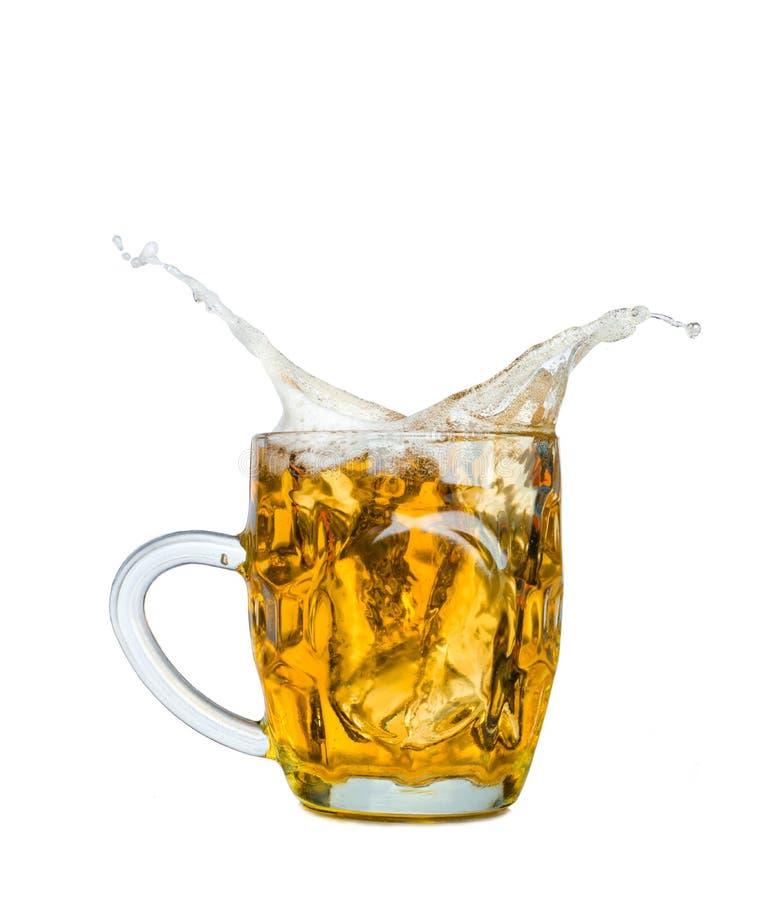 Παφλασμός μπύρας στα γυαλιά που απομονώνεται στο λευκό στοκ φωτογραφίες