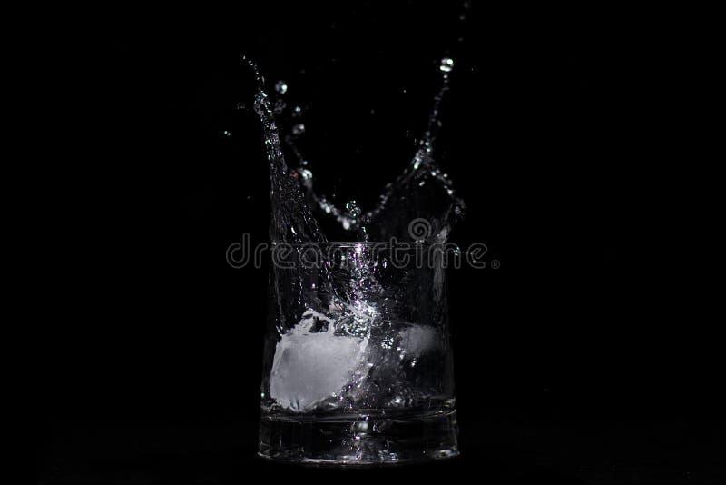 Παφλασμός νερού στο γυαλί που κεντροθετείται στοκ φωτογραφία με δικαίωμα ελεύθερης χρήσης