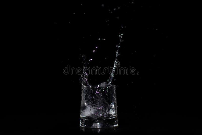 Παφλασμός νερού στο γυαλί στοκ φωτογραφία