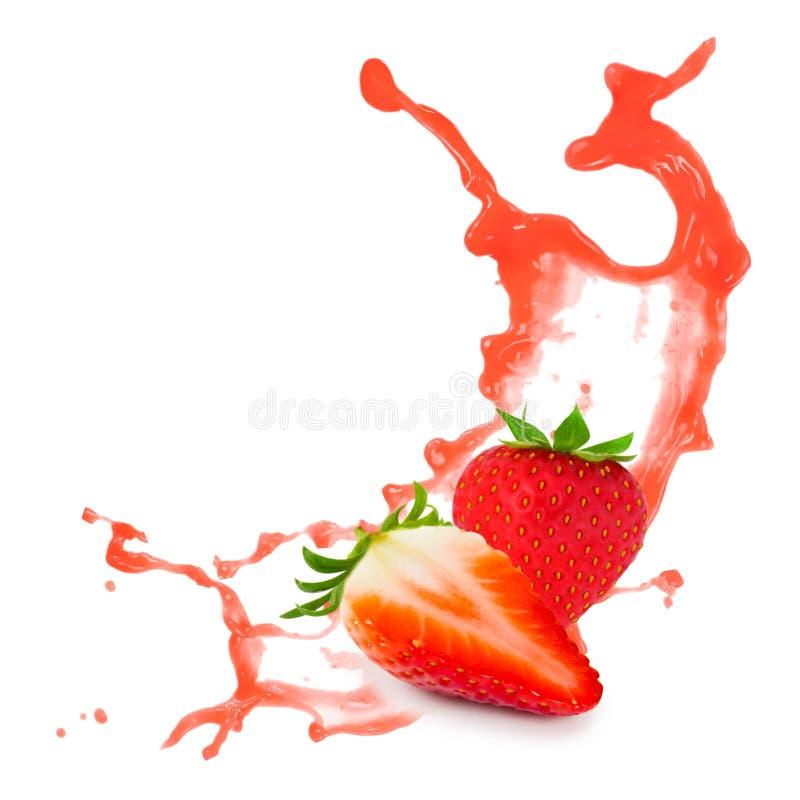 Παφλασμός φραουλών στο Μαύρο στοκ εικόνα