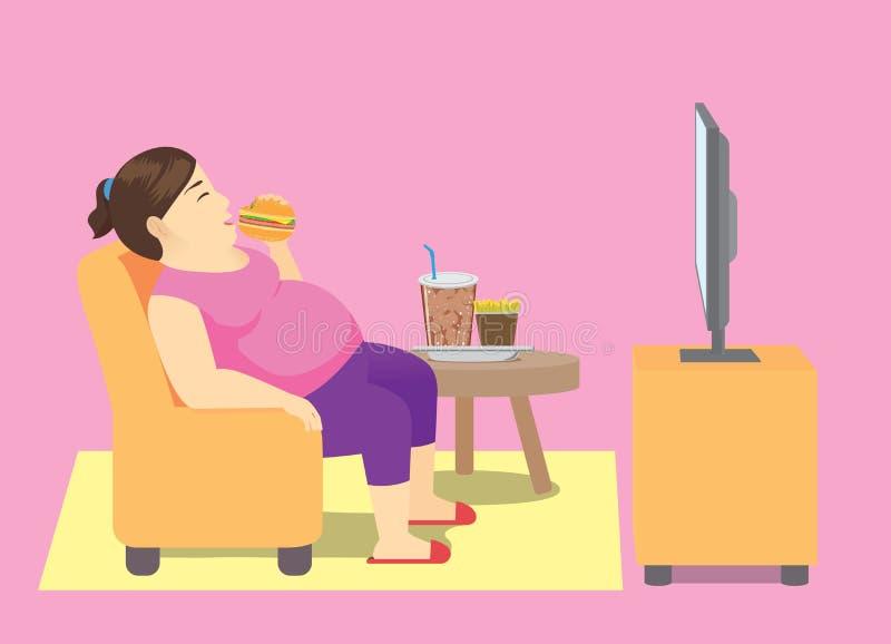 Παχιά γυναίκα που τρώει το γρήγορο φαγητό στον καναπέ και που προσέχει τη TV ελεύθερη απεικόνιση δικαιώματος