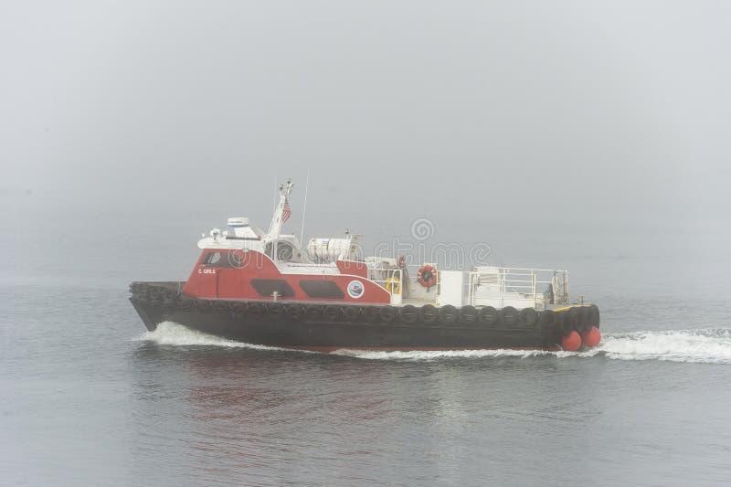 Παχιά ομίχλη βαρκών πληρώματος στοκ εικόνα με δικαίωμα ελεύθερης χρήσης