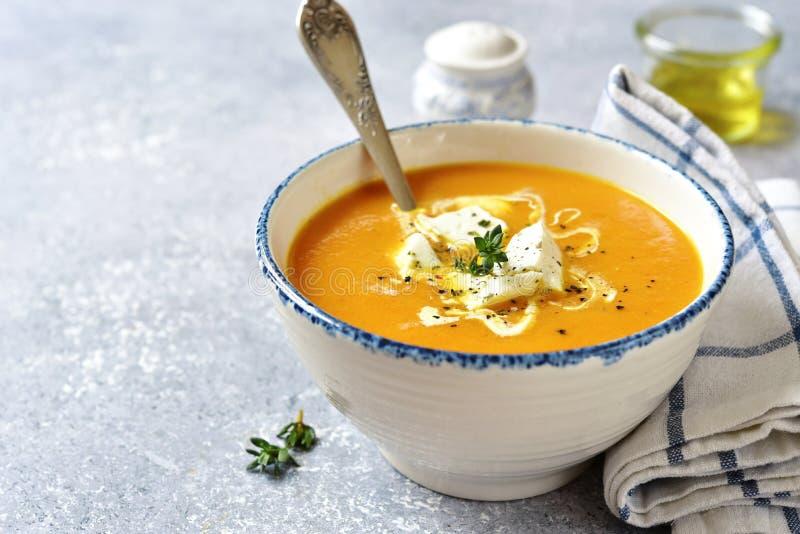 Παχιά σούπα κολοκύθας με το τυρί και το θυμάρι φέτας στοκ φωτογραφίες με δικαίωμα ελεύθερης χρήσης