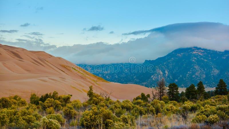 Παχιά σύννεφα πέρα από το Sangre de Cristo Mountains μεγάλο αμμόλοφο άμμου στοκ εικόνες με δικαίωμα ελεύθερης χρήσης