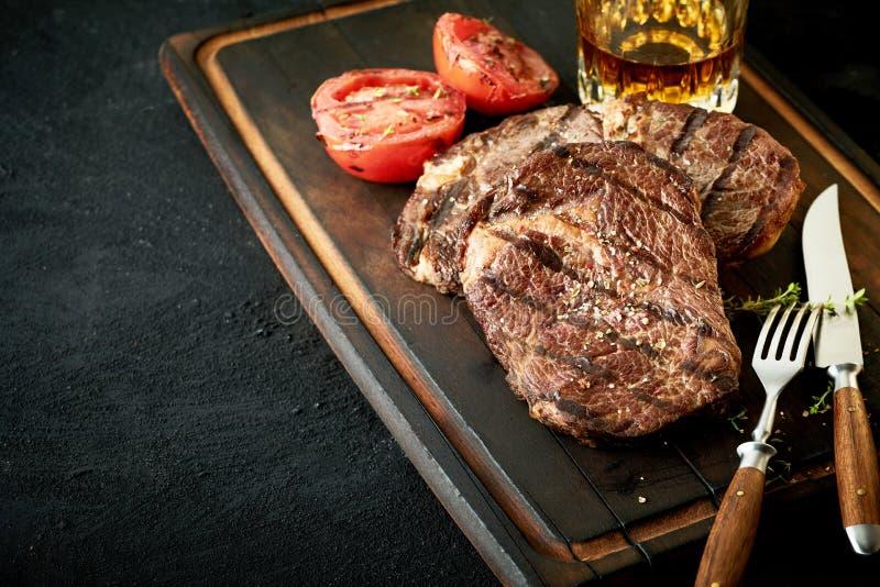 Παχιά ψημένη στη σχάρα προσφορά μπριζόλα βόειου κρέατος γλουτών ή κόντρων φιλέτο στοκ εικόνες