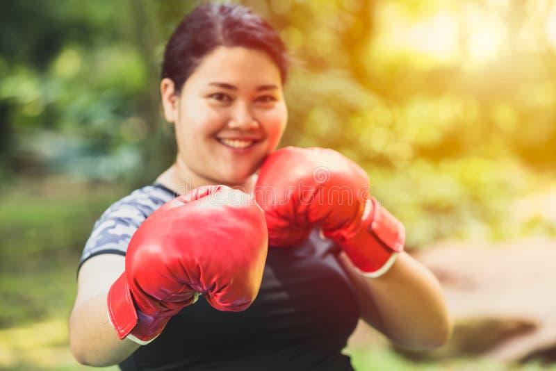 Παχύς εγκιβωτίζοντας μαχητής γυναικών με το λίπος και την έννοια διατροφής στοκ εικόνες με δικαίωμα ελεύθερης χρήσης
