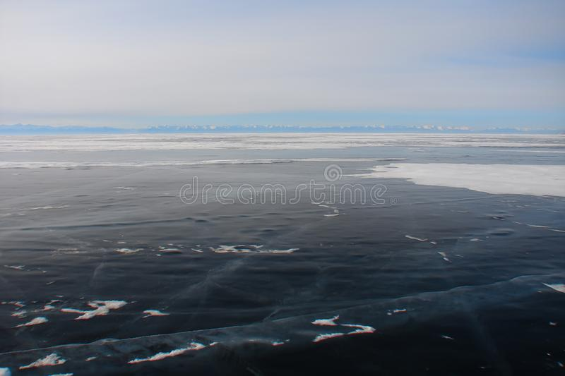 Παχύς σκούρο μπλε πάγος της λίμνης βουνών το χειμώνα στοκ φωτογραφία με δικαίωμα ελεύθερης χρήσης