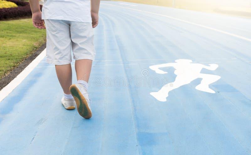 Παχύσαρκο παχύ αγόρι που τρέχει στο πάρκο στοκ φωτογραφία