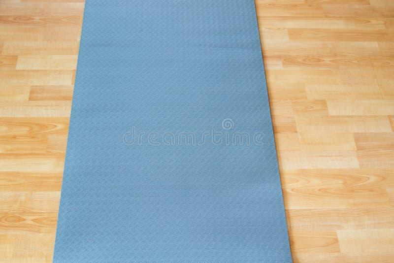 Παχύ αντιολισθητικό μπλε χαλί πρακτικής ή περισυλλογής γιόγκας ικανότητας επάνω στοκ εικόνα