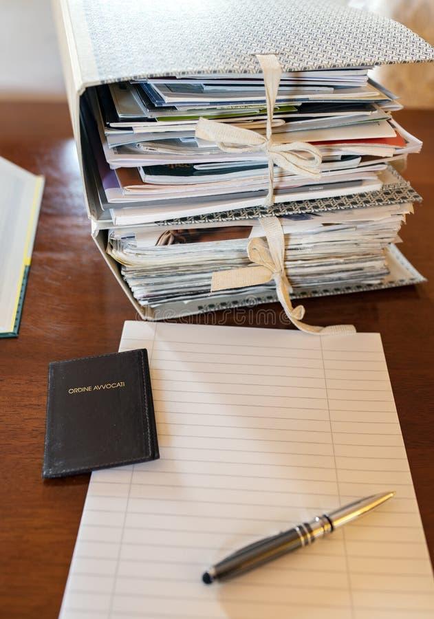 Παχύ γραφείο αρχείων ενός νομικού professionist όπως το δικηγόρο ή τη συμβουλή στοκ εικόνα με δικαίωμα ελεύθερης χρήσης