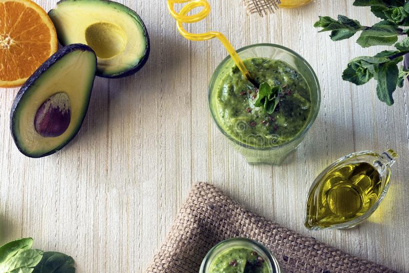παχύ θρεπτικό ποτό - καταφερτζής με το αβοκάντο Κατάλληλη διατροφή και υγιής τρόπος ζωής στοκ εικόνες