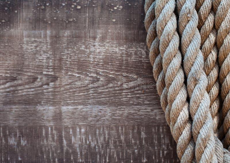Παχύ σχοινί σε ένα υπόβαθρο των παλαιών ξύλινων πινάκων στο ύφος grunge ενάντια ως δολάρια έννοιας δολώματος ανασκόπησης γκρίζα κ στοκ φωτογραφίες με δικαίωμα ελεύθερης χρήσης