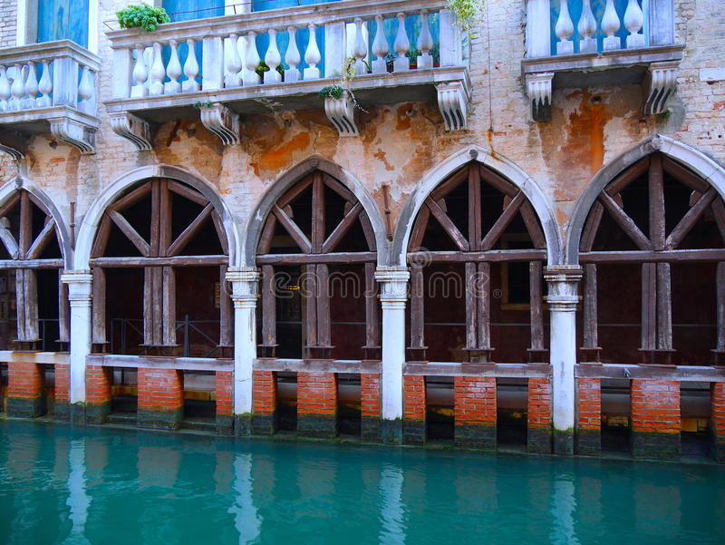 Παλάτια κατά μήκος των καναλιών στη Βενετία στοκ εικόνες