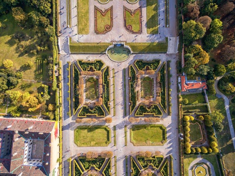 Παλάτι και κήπος πανοραμικών πυργίσκων με την πηγή Αντικείμενο επίσκεψης στη Βιέννη, Αυστρία στοκ εικόνες